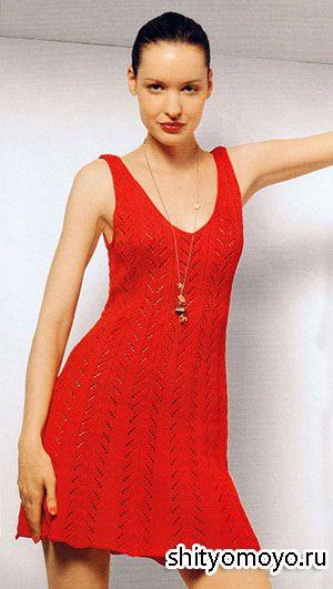 Летняя модель сарафана связана спицами из красной пряжи.