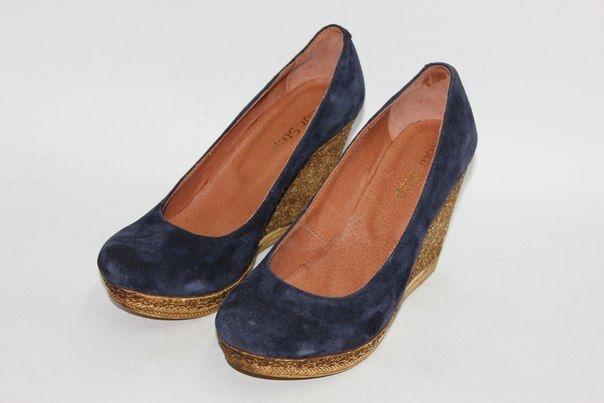 Темно-синие замшевые туфли на танкетке