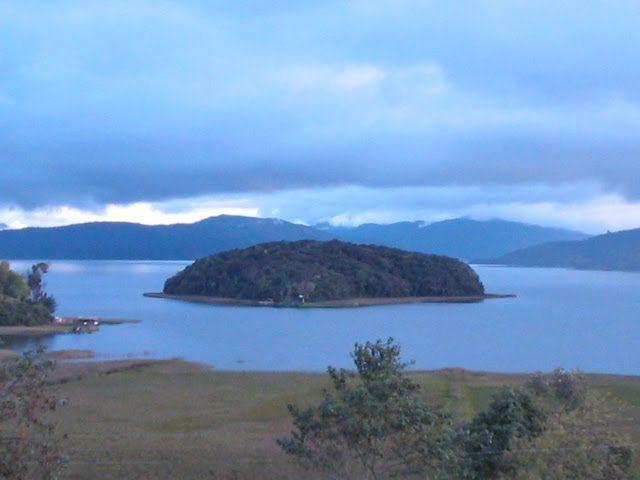 Isla de la Corota. Descubre que Parques Naturales no puedes perderte en Colombia. Tiene una extensión de 12 ha terrestres y 4 acuáticas, en el que se conservan ecosistemas de bosque muy húmedo de piso frío.