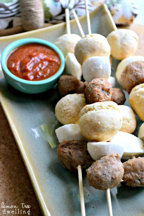 Pizza Kebabs, what a good idea!  A lot less measure than pizza slices for kids. Would be great appetizer for a party!