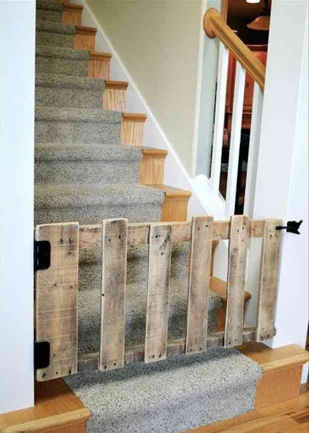 Recycler palette pour faire une barrière dans l'escalier