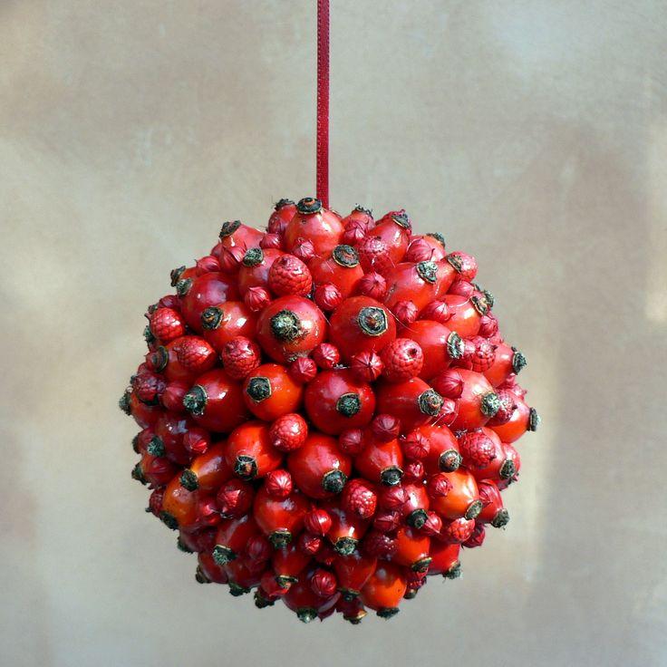koule šípková Koule na zavěšení ,průměr 11 cm.Koule je vytvořena ze živých šípků,které ještě seschnou,proto je vyplněna červenými bobulemi a lnem.Tato dekorace se dá použít nejen při podzimní výzdobě Vašeho domova,ale i jako vánoční.