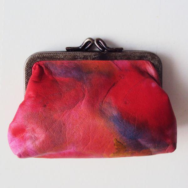 Ref: Monedero globo Material: Cuero pintado a mano Técnica: Batik Forro textil Medidas: 12cm x 9 cm x 3cm  Producto hecho a mano http://www.monicatejada.co/