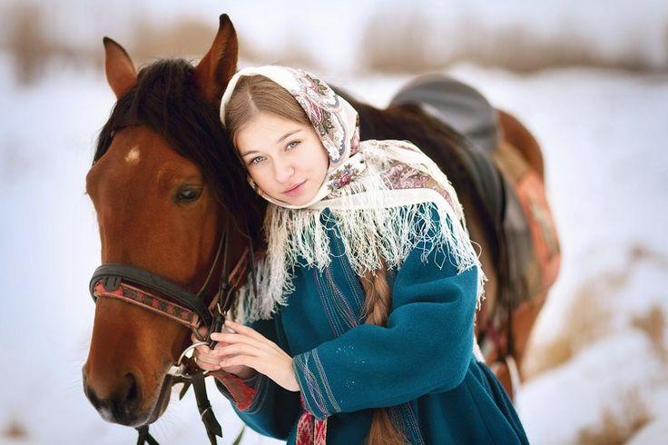 лошадь. русская красавица. русская девушка. лошадь. девушка в платке