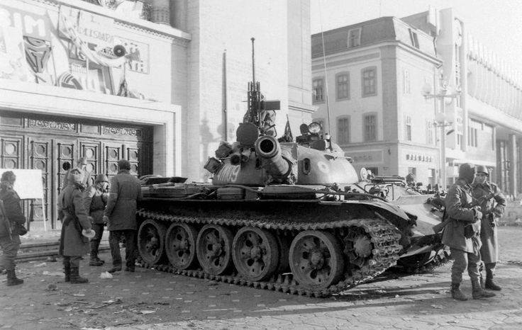 Román Nemzeti Színház és Operaház, T-55 harckocsi. Romániai forradalom.