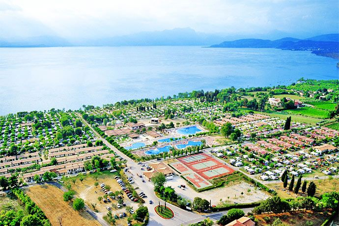 Camping Piani di Clodia - Lazise ... Garda Lake, Lago di Garda, Gardasee, Lake Garda, Lac de Garde, Gardameer, Gardasøen, Jezioro Garda, Gardské Jezero, אגם גארדה, Озеро Гарда ... Welcome toCamping Piani di ClodiaLazise. Camping Piani di Clodia welcomes its guests coming from all over Europe in an enchanting park of sixty acres with private beach. The holiday park houses facilities of different kind, built in perfect harmony with the natural landscape.