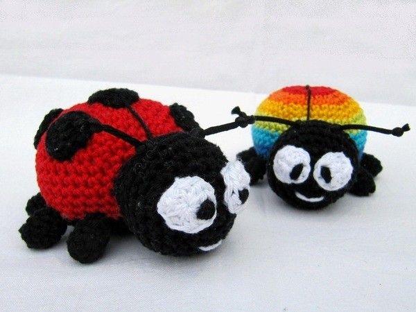 Jetzt gratis zwei niedliche Käfer häkeln +++ Das macht Spaß und ist total entspannend. Marienkäfer + Regenbogenkäfer sind super zum Kuscheln + Spielen.