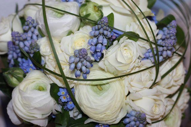 Brautstrauß mit Ranunkeln und Hyazinthen, Eisblau und Leuchtrot, Winterhochzeit in den Bergen von Bayern, Riessersee Hochzeitshotel Garmisch-Partenkirchen, Winter wedding in Bavaria, Germany