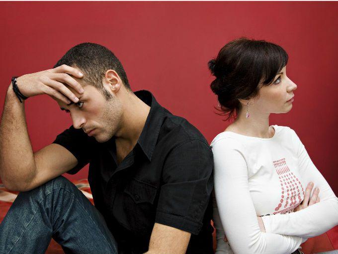 En todas las relaciones, además de amor, diversión y locura, siempre habrá peleas, discusiones y desacuerdos. Aunque es algo que nos guste desafortunadamente debemos aprender a lidiar con ello, ya que es parte de la cotidianeidad en una pareja. Sin embargo, debes ser cuidadosa porque tantas discusiones pueden ser significado de que algo está mal.