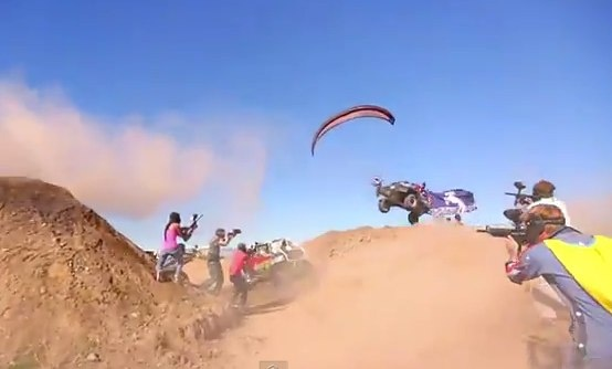 Video de una batalla épica de Paintball: paramotor, carros, motos y muchos disparos  https://blogueabanana.com/deportes/93-mas/629-batalla-paintball.html