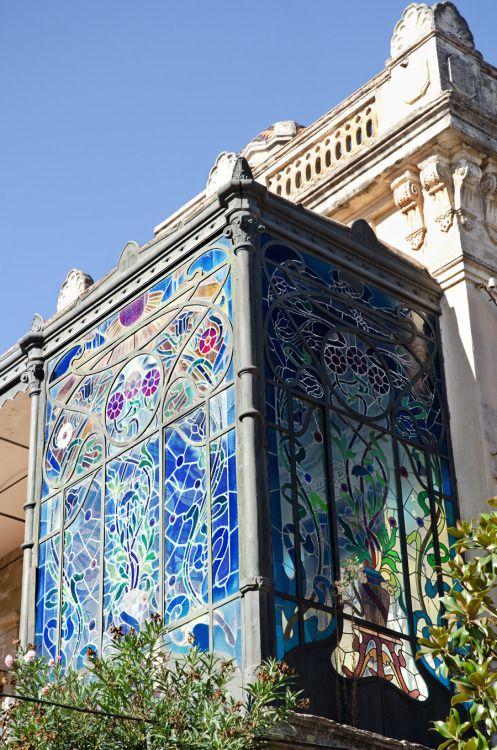 Art nouveau manchada balcón de vidrio,  Sant Sadurní D'Anoia, España,