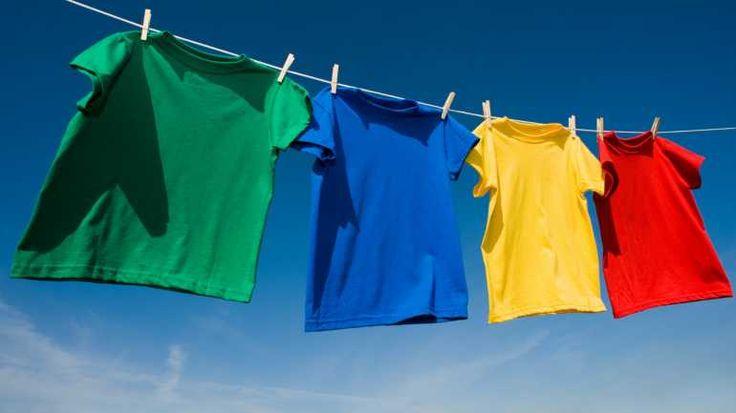 Einfarbige Textilien lassen sich am bequemsten und besonders gleichmäßig in der Waschmaschine färben.