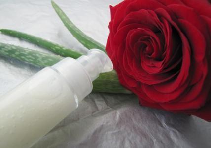 Recette : Soin tenseur et anti-âge visage à l'Aloe Vera - Aroma-ZonePhaseIngrédients %~30 ml (avec balance) ~30 ml (avec éprouvette) AExtrait de plante Gel d'aloe vera BIO 80.7024 g 23 ml AActif cosmétique Acide hyaluronique 0.300.1 g 1 cuillère DASH + 1 cuillère PINCH AHydrolat Rose de Mai BIO 15.004.5 g 4.5 ml AHuile végétale Prune de Gascogne BIO 4.001.2 g 1.3 ml