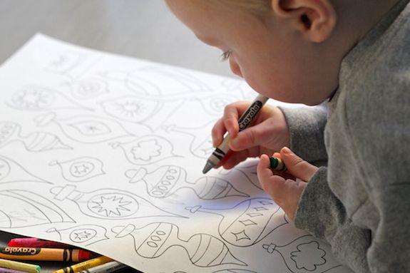 Papel de regalo imprimible para que los peques puedan pintarlo y así envolver los regalos >> Free printable wrapping paper