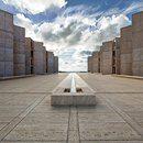 ISTITUTO SALK A SAN DIEGO L'Istituto Salk è stato istituito negli anni '60 da Jonas Salk sviluppatore del vaccino antipolio che ha scelto per il progetto l'architetto di fama mondiale Louis Isadore Kahn. Il risultato come spesso accade per i grandi capolavori è la sintesi tra le idee dei due protagonisti e trascende la destinazione d'uso con spazi ampi in #travertino che si affacciano sull'Oceano Pacifico. Vai all'articolo…