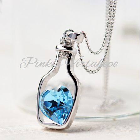 Kaunis hopeanvärinen kaulakoru, jossa pullonmuotoinen riipus ja pullon sisällä ihanasti kimalteleva sininen kivi. Todella kaunis koru niin arkeen kuin juhlaankin tai ihana lahjaidea rakkaallesi.   Koko: ketju 40cm + 5cm, riipus 3cm x 1,6cm  Materiaali: alumiini  Väri: hopea / sininen