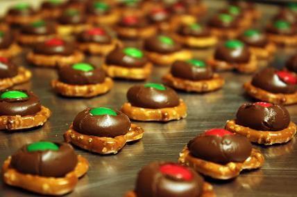 Pretzel Kisses- Pretzels, Hershey kisses, and M's: Christmas Parties, Christmas Desserts Recipes, Pretzels Kisses, Christmas Goodies, Pretzels Hershey Kiss, Hershey'S Kisses, Parties Plates, Hershey Kisses, Kiss Recipes