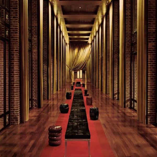 Faena hotel>    레드,화이트,골드 컬러의 조화가 돋보이는 마성의 faena hotel>  부에노스 아이레스에 위치한 이 곳은,'죽기 전에 꼭 가야 할 세계 휴양지'책에도 소개된 적 있는 매력적인 호텔이다.복도 곳곳에는 레드컬러의 바닥과 골드컬러의 천장이  조명에 반사되어 아찔한 매력을 뿜어내고 있다. 레드,화이트,골드컬러로 꾸며낸 110개의 객실은 저마다의 컨셉으로 방문객들을 기다리고 있으며 캬바레 극장에서 정열의 탱고가 심장을 뛰게 하고 스파센터에서는 지친 심신을 완벽한 힐링의 세계로 안내한다.