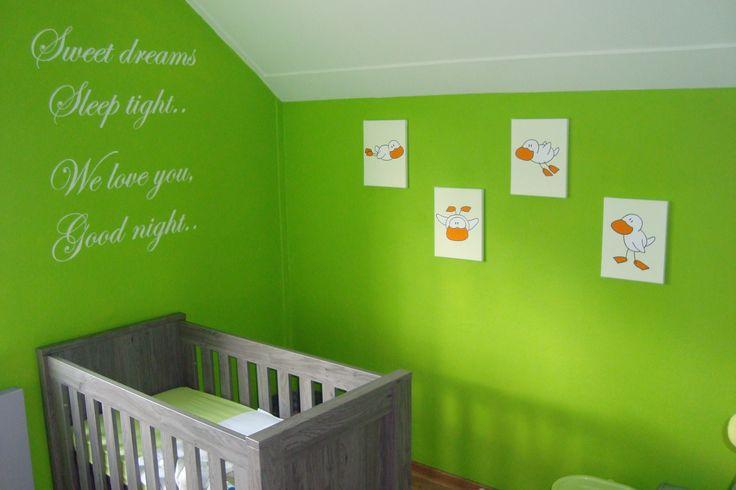 Een prachtige babykamer, mooi die tekst boven het bedje. De schilderijen in bijpassend ivoorwit.