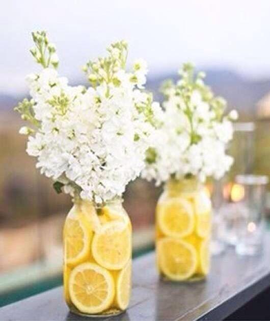 Citroen in een vaas met bloemen, vrolijkheid!