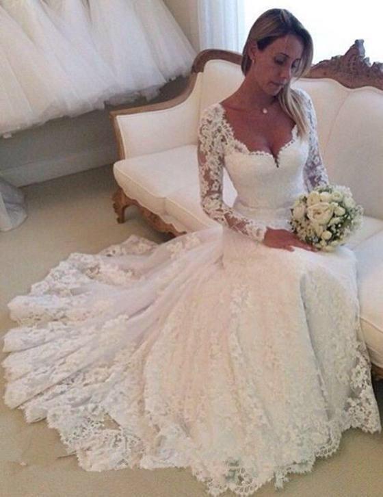 Bruidsjurk van prachtig kant met lange mouw & sexy halslijn