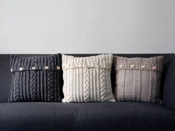 Kabel stricken Beige Kissen decken - handgemachte Dekorative Kissen Tasche - Lebens- und Wohnkultur 16 x 16 NEUES DESIGN in meinem Shop. Spezifikationen: Faser-Inhalt: 50 % Wolle / 50 % Acryl (angenehm für Touch) Technologie: Schließung - 4 Holzknöpfe, kein Futter im Inneren. Größe: 16 x 16 Zoll / aber es wird 18 x 18 auch passen, weil die Fasern ist flexibel. Farbe: Beige Status: Bereit zum Schiff  Kissenbezug aus Gewirken per Hand zu Hause.  Geschichte über sie: Mein bester Freund Mutter…
