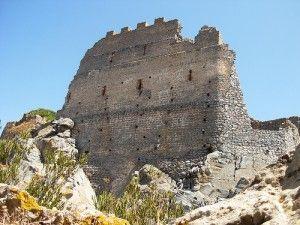 Il Castello di Acquafredda, ai tempi d'oro, fu una fortificazione di grande utilità strategica.  La sua costruzione si attribuisce a Ugolino Della Gherardesca, il nobile pisano la cui sorte fu resa tristemente celebre da Dante nella Divina Commedia.    #Itinerari in #Sardegna #Castelli
