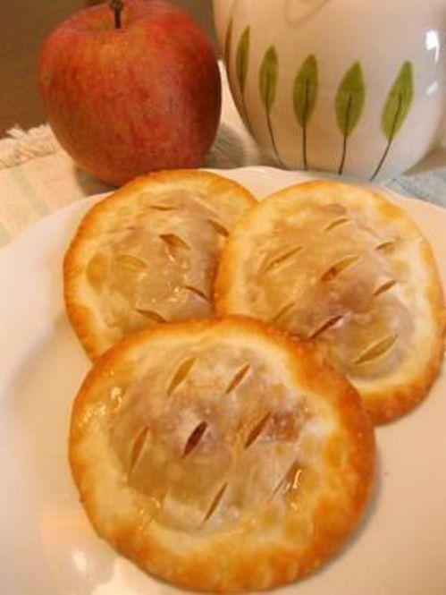焼くとサクサクになることから、パイなんかも餃子の皮で代用できちゃうんです。冷凍パイシートなどは結構お高いですが、餃子の皮ならお手軽なお値段でたくさん作れちゃいます!
