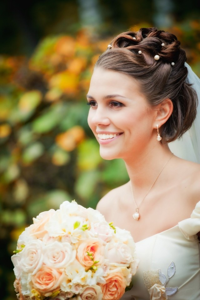 bruidskapsel-opgestoken-met-parels-2