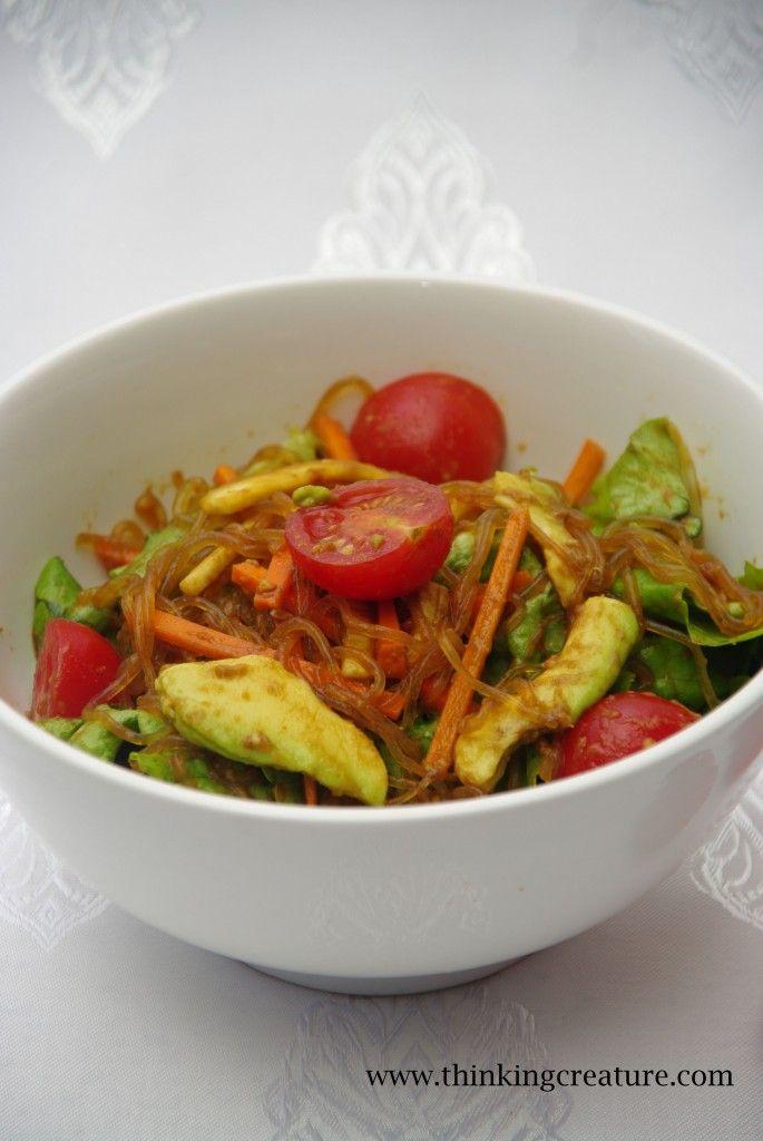 Салат из лапши из ламинарии с овощами.