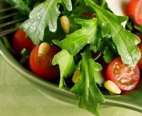 Rucolasalade met parmezaan, tomaat en pijnboompitten