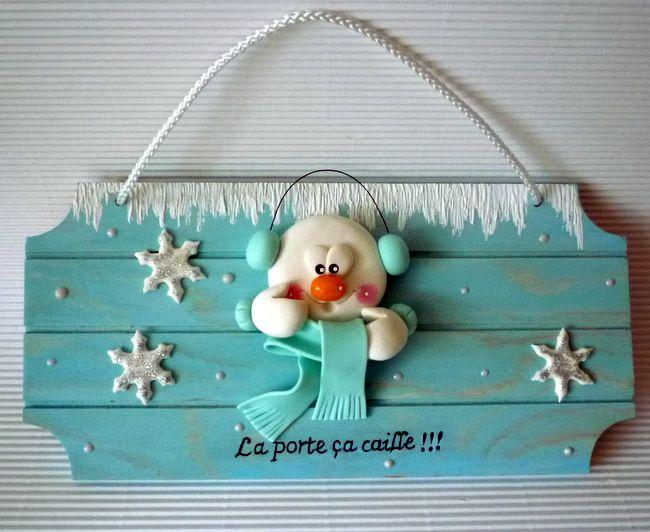 Bonhomme de neige en porcelaine froide sur plaque de porte