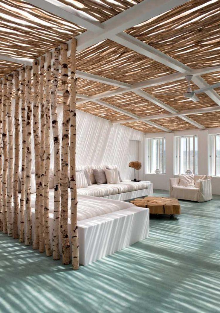 salon de design élégant et intéressant avec un paravent en bouleau et moquette en vert menthe