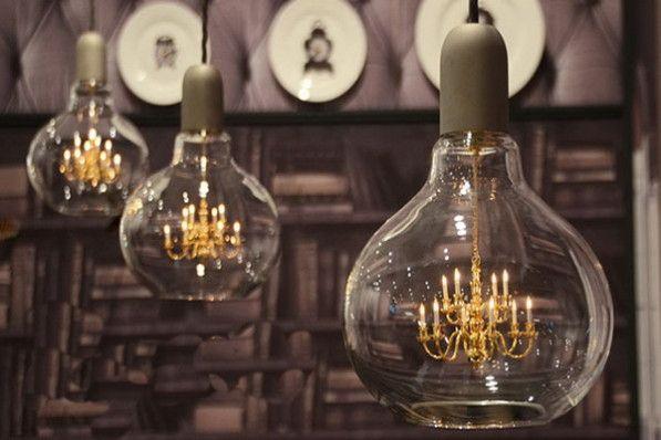 Hoe laat je een kleine kroonluchter grootse impact maken? Nou, zoals deze King Edison lamp dus. Ontwerpers Young & Battaglia debuteren met deze glazen hanglamp met daarin een ieniemienie kroonluchter erin verwerkt. Het merk Mineheart is de trotse producent.