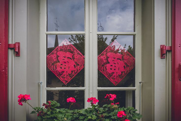 Window decoration for the chinese tea wedding ceremony. Photo by Monica Tarocco