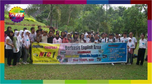 Kursus Speaking Englis Jogja bersama NTC Foto bersama di Borobudur