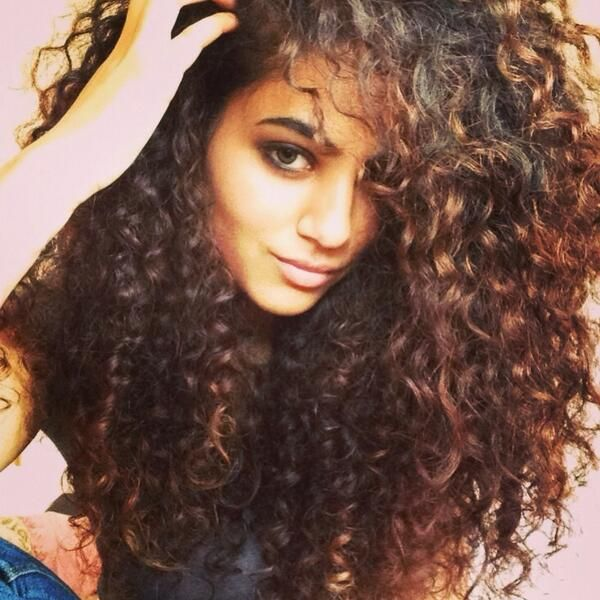 Annie Khalid, pakistani singer with ahmazing hair.