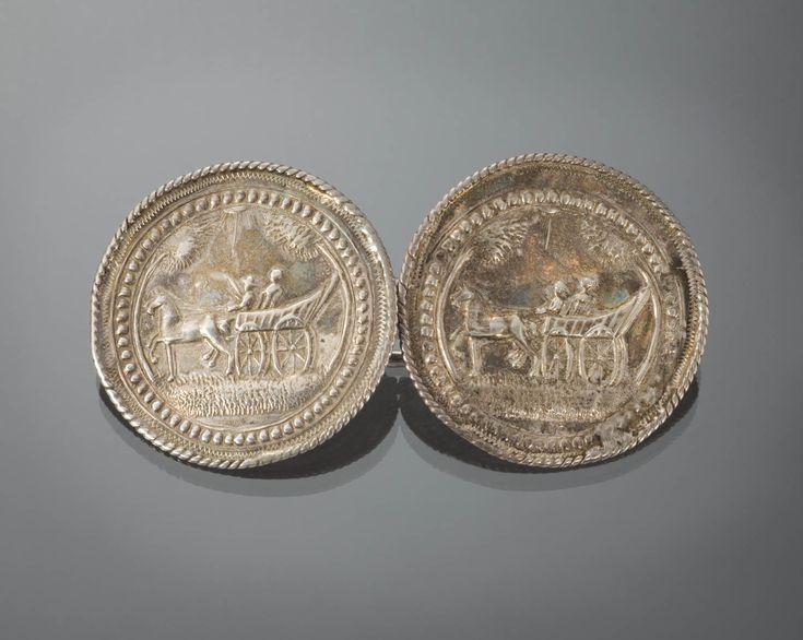 Zilveren broekstukken, met de voorstelling van een boerenwagen met twee berijders en een aangespannen paard. De vervaardiger en vervaardigingsdatum zijn onbekend. Waarschijnlijk zijn de broekstukken vervaardigd aan het einde van de 18de eeuw, of in het begin van de 19de eeuw. De broekstukken bevatten alleen 19de eeuwse herkeuringstekens. 1775-1807 Zaanstreek #NoordHolland #Zaanstreek