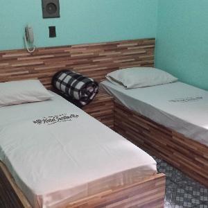 O Hotel Jardins está localizado na Av. Brigadeiro Luís Antônio, no bairro Jardim Paulista, a 1,5 km do Parque do Ibirapuera, a 3 km do Centro e a 10 km do Centro de Convenções Anhembi. Conta com recepção 24h e café da manhã incluído na diária.  Os quartos possuem internet via Wi-Fi gratuita, TV e ventilador. Toalhas e roupa de cama são fornecidas e todas as unidades contam com banheiro privativo.  A Rodoviária da Barra Funda está a 8 km, o Aeroporto de Congonhas fica a 7,5 km e  Rua 25 de…