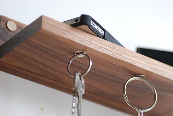 Sleutel opberger met magneetjes. Etsy https://www.etsy.com/nl/listing/122217188/walnut-magnetic-key-ring-holder-shelf