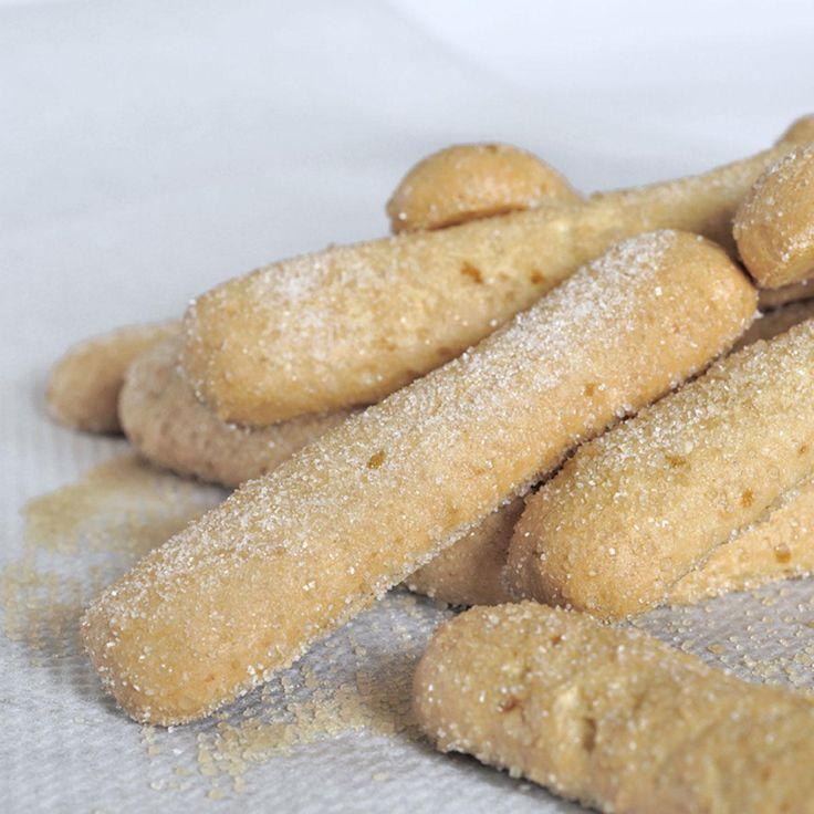 Préchauffez le four à 180°C (thermostat 6).Mélangez les jaunes avec le pralin.Parallèlement, montez les blancs en neige bien ferme en les saupoudrant du sucre semoule au fur et à mesure.Incorporez cette meringue au mélange jaune-pralin puis incorporez délicatement la farine tamisée en pluie.Mettez la préparation dans une poche à douille unie puis, sur un papier cuisson alvéolé, formez des languettes de 7 à 8 cm de longueur.Faites cuire au four pendant 7 à 8 minutes.Ces biscuits peuvent être…