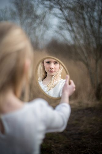 Mirror portrait photography | Marieke de Jonge – Janmaat