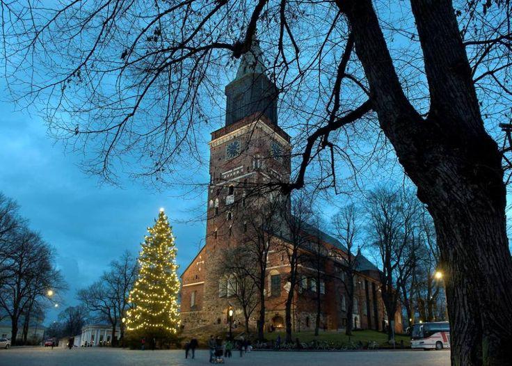 Joulukuusi lumettoman Tuomiokirkon edustalla vuonna 2010. Kuva: Veikko Wahlroos, TS