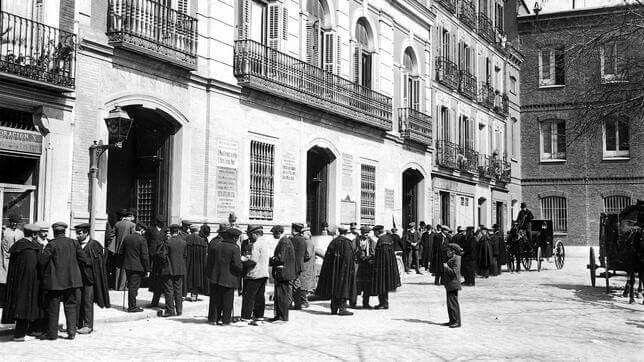 Acudiendo a votar a las elecciones a diputados en la Tenencia de Alcaldía de la Plaza de Chamberí en marzo de 1911.