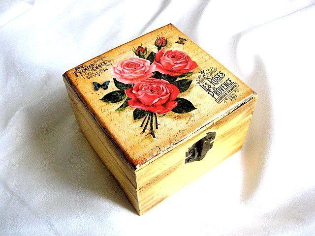 #Cutie #lemn pătrată cu model de #trandafiri #roşii şi un #fluture, cutie din lemn pentru #femei / #Square #box of #red #roses and a #blue #butterfly, #wooden box for #women / #빨간 #장미와 #나비, #여성용 #나무 #상자의 #사각형 #상자 https://handmade.luxdesign28.ro/produs/cutie-lemn-patrata-cu-model-de-trandafiri-rosii-si-un-fluture-cutie-femei-29051/