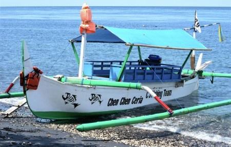 Simon Anon Satria: Sebuah Perahu Tradisional Indonesia yang biasa digunakan oleh para nelayan untuk mencari ikan. Lokasi : Pantai Watudodol - Banyuwangi.