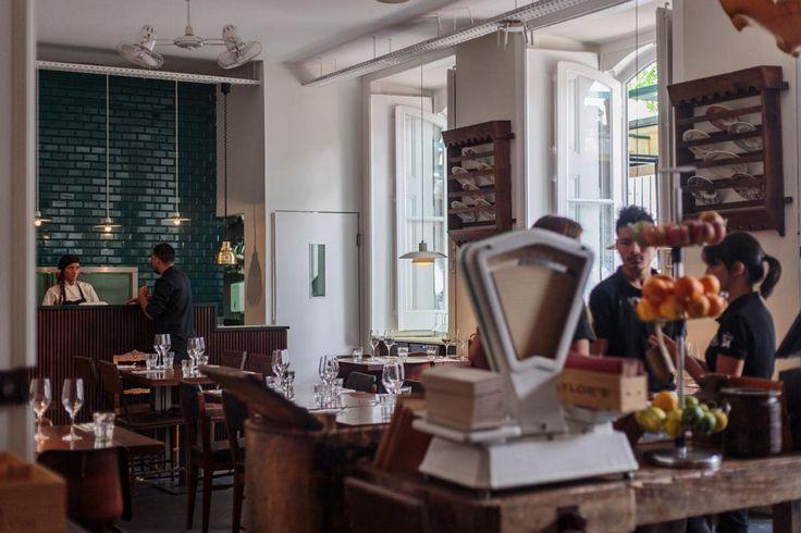 So erlebst du Lissabon wie ein echter Local #refinery29 http://www.refinery29.de/lissabon-reise-tipps-food-bars#slide-15 The Decadente, Bairro AltoDas Decadente ist die Kaffeebar des Independente Hotel und zieht Locals und Touristen gleichermaßen an. Auch das Essen kann sich mehr als blicken lassen: Wie wär es mit einem heißen Teller schwarzer Linguine mit Shrimps und Kirschtomaten oder Sous-Vide Kabeljau auf Kartoffeln? Das Highlight ...