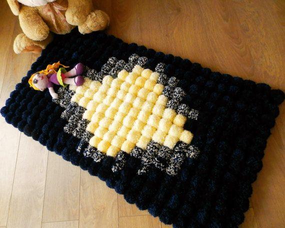 Flauschig weiche Pom Pom Teppich sind ideale Ausstattung für Babys / Kindergarten / Kinderzimmer / Bad oder Anythere anderes empfiehlt. Es ist weich, sanft und Auge-Cacthing. Pom Pom Teppich ist komplett handgefertigt aus weicher Wolle und Acryl-Garn. Um Pompons für diesen Teppich dauert mehr als eine Woche. Multi Farbe Superweiches Pom Pom Teppich ist mit Anti-Rutsch-Pad. Pom Pom Durchmesser ~6.5 cm. Teppich ist ca. 116 cm Länge und 60 cm Breite.  Sie können andere Farben Komb...