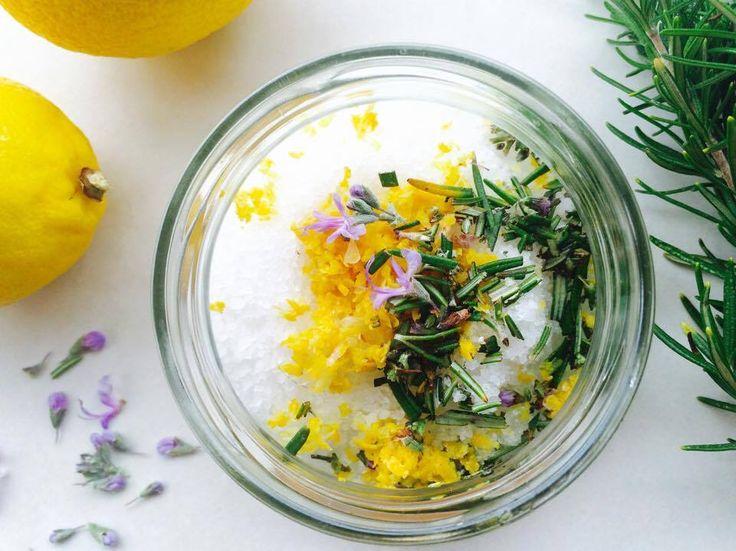 Domowy peeling solny z cytryną i rozmarynem to szybki i prosty w przygotowaniu scrub do całego ciała. Jest delikatniejszy od peelingu cukrowego, ale i tak z łatwością usuwa stary naskórek. Peeling ma orzeźwiający zapach cytryny, a dodatek rozmarynu dodaje całości ziołowych nut.