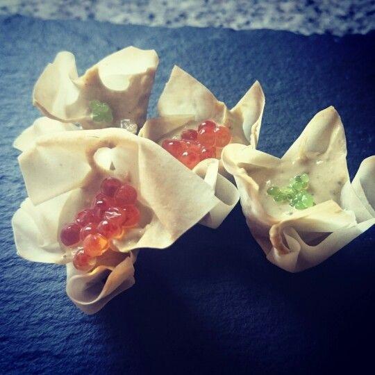 Flores de centolla y huevas de trucha/perlas de algas wasabi.